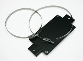 Piastra/supporto per montaggio a palo della scatola PSBOX75-00 e PSBOX75-TW. Completa di duefascette Inox AISI304 per diametri palo da 60mm a 110mm. Colore nero